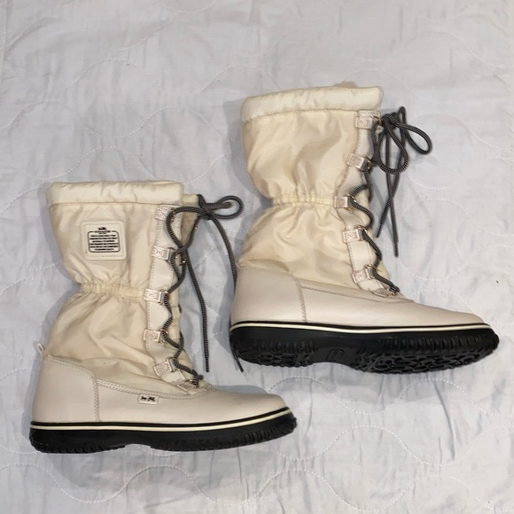 Gently used women's coach snow boots